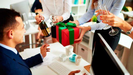 Tri ân khách hàng nên tặng gì ?